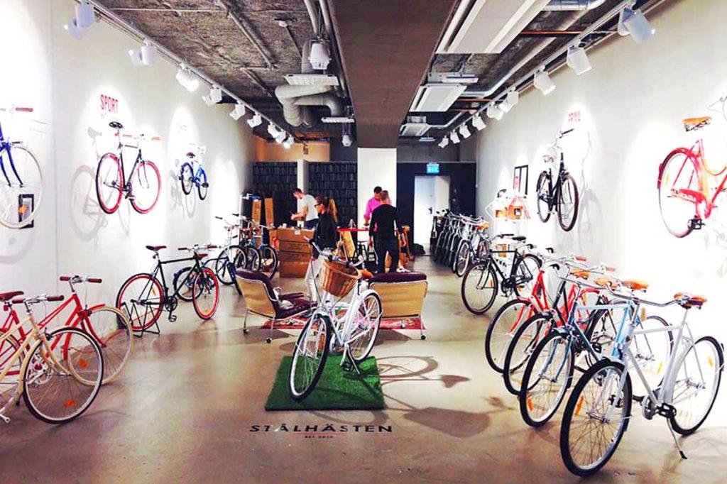 Den första stora pop up-butiken slog Rikard upp i hipstertäta Hornstull på Södermalm i Stockholm. Kunden var Stålhästens cyklar, som fick en tillfällig butik på 100 kvadratmeter.själva pop up-butiken.